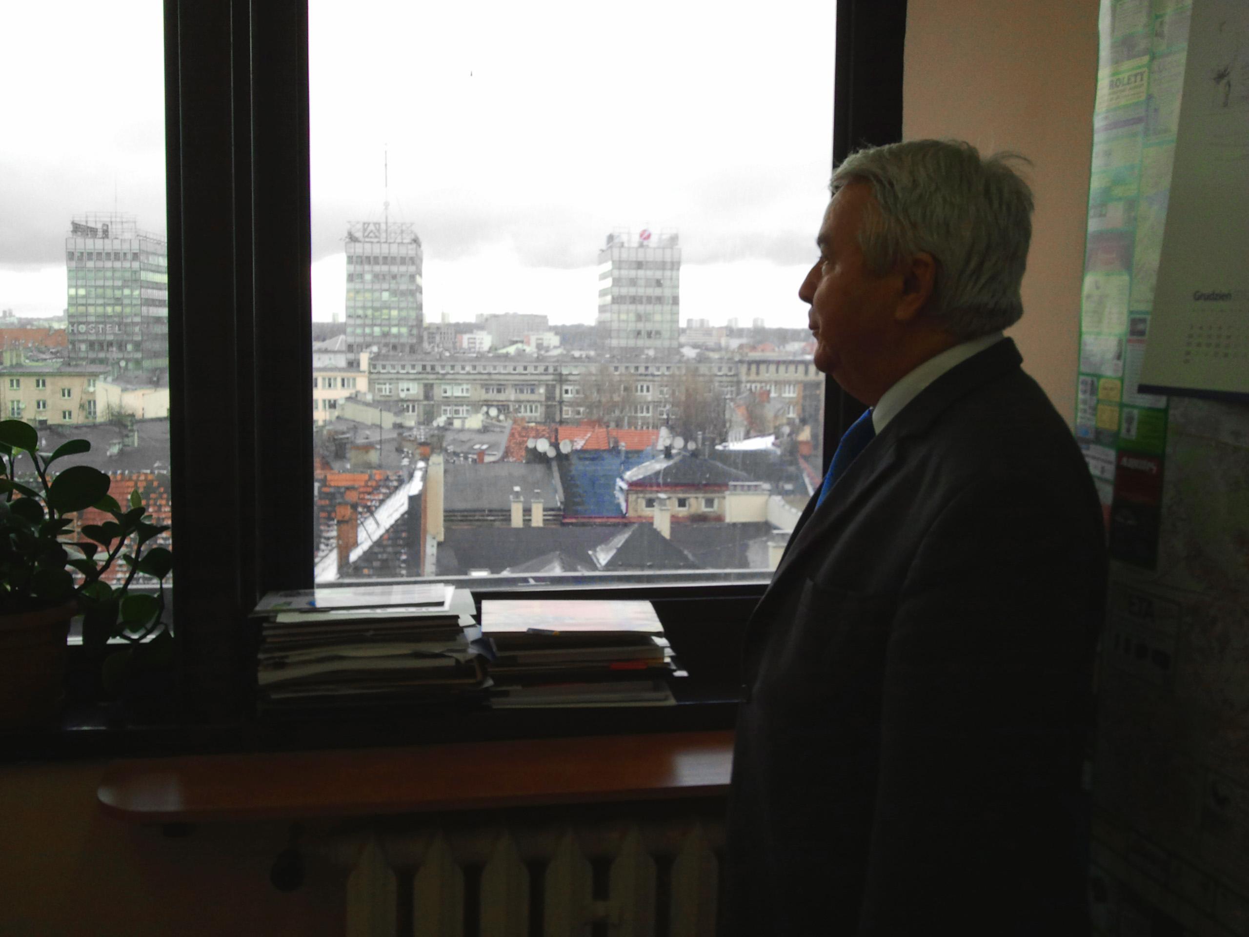 Profesor Henryk Mruk przy oknie